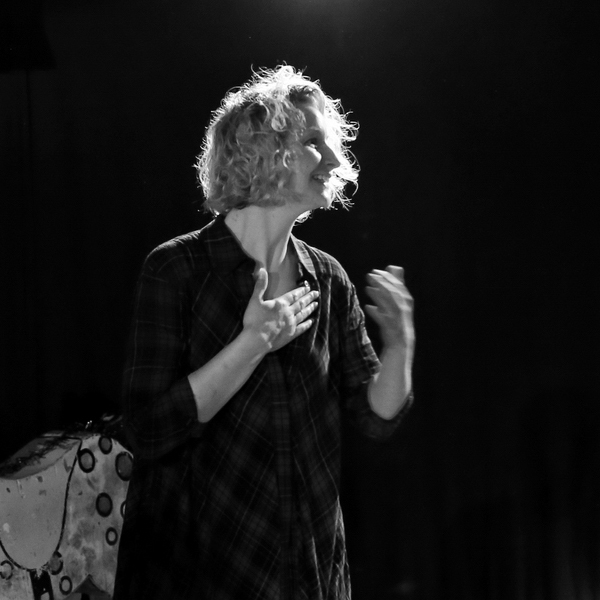 Monika Mertens nach einem Poetry Slam auf der Bühne.