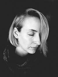 Schwarz-weiß Portraitfoto von Spoken Word Artist und Poetry Slammerin Monika Mertens