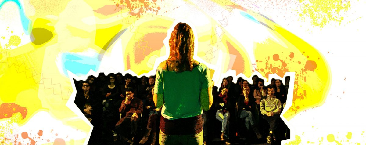 Freisteller von Spoken Word Artist Monika Mertens bei einem Poetry Slam, welcher in einen bunten Hintergrund gesetzt ist.